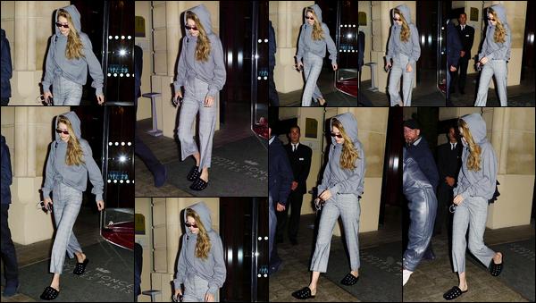"""- """"─-29/09/17-•"""": Gigi Hadid a été photographiée lorsqu'elle quittait tout juste son hôtel étant situé dans Paris. C'est dans une tenue décontractée entièrement grise que nous retrouvons notre belle mannequin à qui j'offre pour le coup un léger bof ! -"""