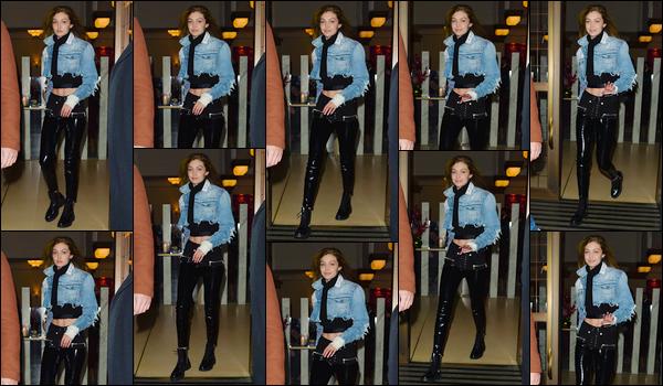 """- """"─-08/11/17-•"""": Notre superbe Gigi Hadid a été aperçue lorsqu'elle venait de quitter son hôtel situé à Londres. C'est ainsi pour se rendre à l'aéroport que nous retrouvons notre superbe Jelena. Un look assez simple qui lui va cependant très bien, top. -"""
