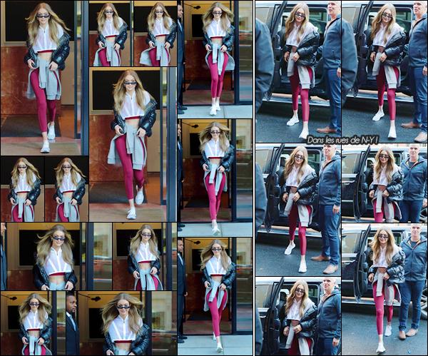"""- """"•-14/12/17-─"""": Gigi Hadid a été photographiée alors qu'elle venait de quitter son appartement à Manhattan. C'est dans une tenue décontractée, avec une couleur que j'apprécie, que nous retrouvons Gigi. Elle a été vue ensuite dans N-Y. Un top ! -"""