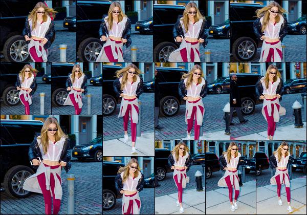 """- """"•-14/12/17-─"""": Gigi Hadid a été aperçue lorsqu'elle venait juste de revenir à son appartement, à Manhattan. C'est après avoir assisté à un événement organisé par « Reebok's » pour célébré Noël que notre Gigi a été photographiée. Un beau top ! -"""