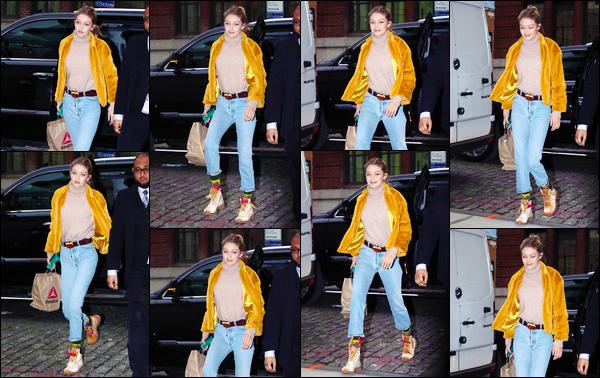 """- """"•-15/12/17-─"""": Gigi Hadid a été vue alors qu'elle venait tout juste de rejoindre son appartement à Manhattan. C'est avec les cheveux attachés cette fois-ci que nous retrouvons notre belle Gigi ainsi prête à rentrer chez elle. Je préfère cette coiffure ! -"""