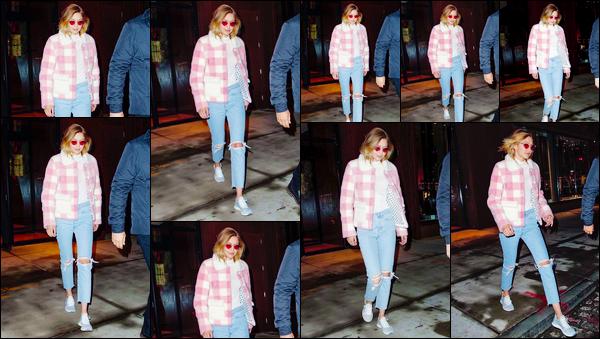 """- """"•-17/12/17-─"""": Gigi Hadid a été vue lorsqu'elle venait tout juste de quitter son appartement dans Manhattan. C'est une fois la nuit tombée que nous retrouvons notre superbe mannequin bien que pour cette tenue, je ne lui accorde qu'un petit bof. -"""