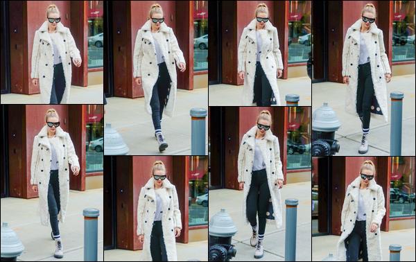 - ''•-20/12/17-' : Gigi Hadid a été aperçue alors qu'elle venait de quitter son appartement situé dans Manhattan. C'est pour se rendre dans les rues de New-York afin de rejoindre sa s½ur que nous retrouvons Jelena. Tenue assez simple, j'offre un bof. -