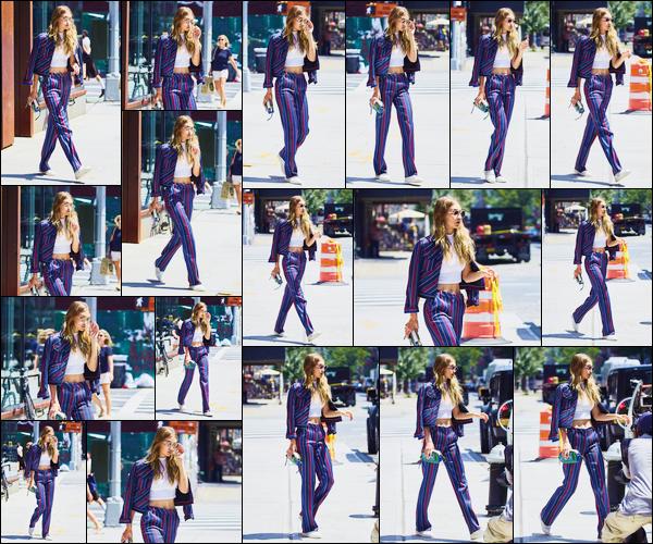 - '-25/07/16-' ◊Gigi Hadid a été photographiée alors qu'elle se promenait dans les célèbres rues de New-York ! C'est dans une superbe tenue et ses lunettes de soleil sur le nez que nous retrouvons notre mannequin dans New-York. J'accorde un top. -