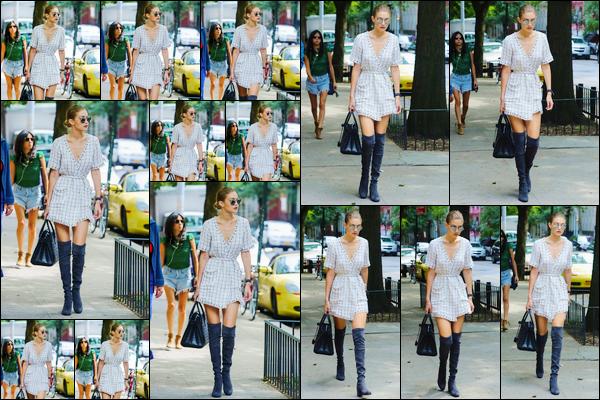 - '-05/09/16-' ◊Gigi Hadid a été aperçue alors qu'elle se trouvait être dans les célèbres rues de New-York City. C'est dans une jolie robe blanche à carreaux que nous retrouvons notre miss Hadid. Je ne suis pas fan de sa coiffure, je lui offre un bof. -