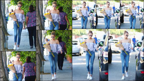 - '-10/08/16-' ◊Gigi Hadid a été aperçue alors qu'elle se promenait dans les très célèbres rues de Los Angeles. C'est avec un beau bouquet de fleurs jaune que nous retrouvons notre charmante mannequin dans la célèbre ville des anges. Un bon top. -