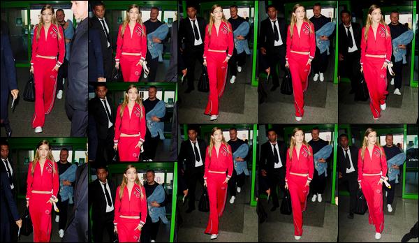 - '-24/09/16-' ◊Gigi Hadid a été photographiée alors qu'elle se trouvait être dans un aéroport situé dans Milan. C'est dans une tenue des plus décontractée que nous retrouvons notre mannequin à l'aéroport de Milan ! Cela dit, je lui accorde un top ! -