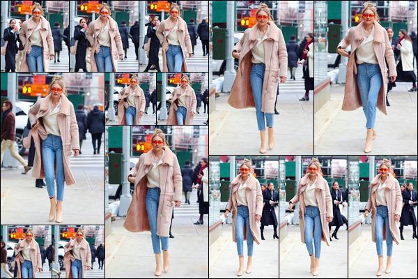 - ''•-11/01/18-' : Gigi Hadid a été vue lorsqu'elle venait tout juste de rentrer à son appartement dans Manhattan. C'est ainsi après une petite virée shopping que nous retrouvons notre mannequin qui venait tout juste d'arriver chez elle. Toujours un top. -