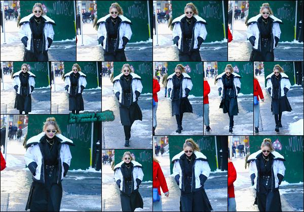 - ''•-05/01/18-' : Gigi Hadid a été photographiée lorsqu'elle cherchait des sans-abris se trouvant dans Soho, NY. C'est ainsi pour appeler ensuite le 311 et pouvoir mettre à l'abris les sans-abris que Gigi a été vue pour cette première sortie de l'année ! -