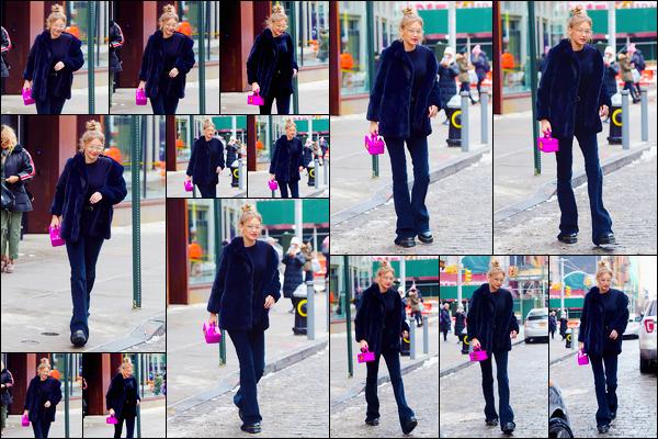 - ''•-08/01/18-' : Gigi Hadid a été aperçue alors qu'elle venait tout juste de quitter son appartement, Manhattan. C'est ainsi toute de noir vêtue que nous retrouvons notre superbe Gigi à la sortie de son appartement, sac à main rose. C'est un petit top. -