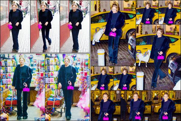 - ''•-08/01/18-' : Gigi Hadid a été photographiée se rendant au magasin :« Balloon Saloon »dans New-York City. Plus tard, notre sublime mannequin a été aperçue lorsqu'elle revenait à son appartement avec un ballon licorne. Définitivement adorable. -