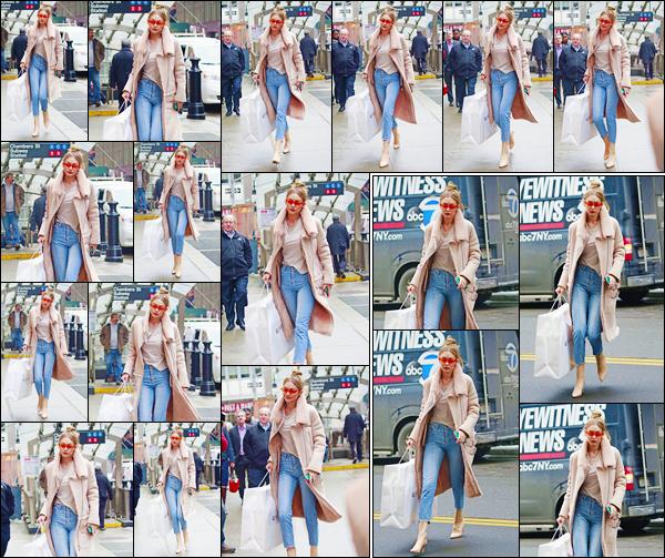 - ''•-11/01/18-' : Gigi Hadid a été aperçue alors qu'elle sortait du magasin« Givenchy »situé dans New-York City. C'est ainsi pour une petite virée shopping que nous retrouvons notre charmante mannequin encore de sortie. Pour son look, c'est un top ! -