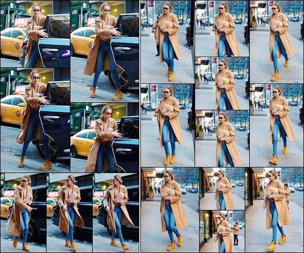 - ''•-13/01/18-' : Gigi Hadid a été aperçue alors qu'elle se trouvait être dans les célèbres rues de New-York City. C'est dans une tenue assez simple mais jolie que nous retrouvons notre mannequin à nouveau de sortie dans New-York, un énorme top ! -