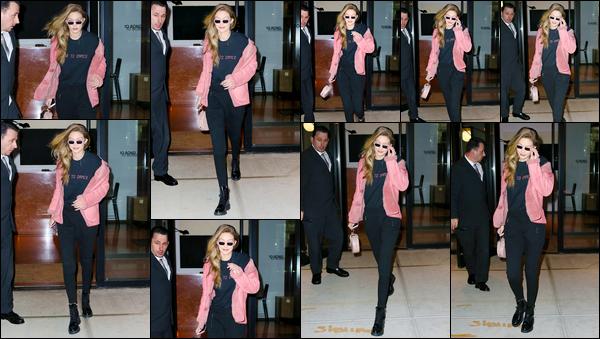 - ''•-21/01/18-' : Gigi Hadid a été photographiée alors qu'elle sortait tout juste de son appartement à Manhattan. C'est ainsi à nouveau devant chez elle que nous retrouvons notre jolie mannequin qui a par ailleurs opté pour un look simple, c'est un top. -