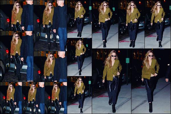 - ''•-16/01/18-' : Gigi Hadid a été aperçue alors qu'elle venait tout juste d'arriver à son appartement, Manhattan. C'est ainsi de nuit que nous retrouvons notre superbe mannequin qui venait de rentrer chez elle. Pour son look je lui accorde un petit top. -