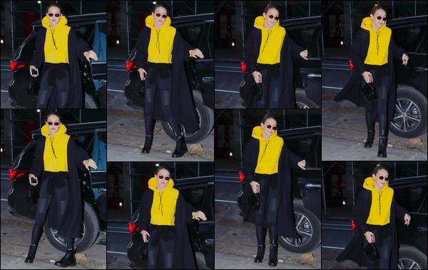 - ''•-18/01/18-' : Gigi Hadid a été aperçue très tôt dans la matinée arrivant à un studio photos situé à Manhattan. C'est ainsi pour réaliser un photoshoot que nous retrouvons notre mannequin dans un look assez classique, décontracté. Je donne un bof. -
