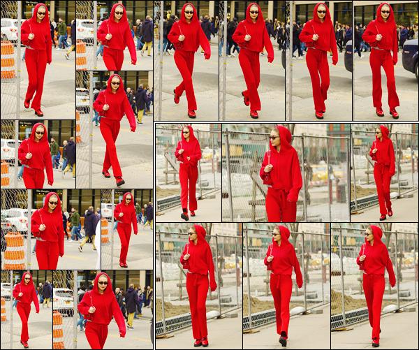 - ''•-17/02/18-' ─ Gigi Hadid a été photographiée lorsqu'elle sortait de la boutique : « Louis Vuitton » à New-York. C'est entièrement vêtue de rouge que nous retrouvons notre mannequin dans les célèbres rues new-yorkaise. Je lui accorde un beau flop. -