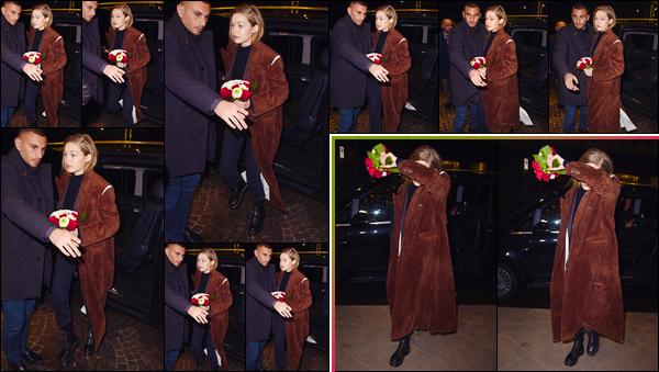 - ''•-22/02/18-' ─ Gigi Hadid a été aperçue alors qu'elle arrivait au dîner d'anniversaire de Edward, ayant lieu àMilan. C'est avec un ravissant petit bouquet de roses que nous retrouvons notre jolie mannequin à qui j'accorde pour son look un bon petit top ! -