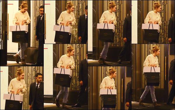 - ''•-14/05/18-' : Gigi Hadid a été photographiée alors qu'elle venait de rendre visite à sa mère situé à New-York. C'est ainsi à la nuit tombée que notre ravissante blonde dans New-York. Un look assez décontracté et cheveux attachés, c'est un petit top. -
