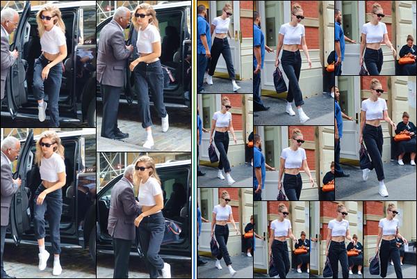 - -• 27/06/18-': Gigi N. Hadid a été photographiée alors qu'elle se trouvait dans les célèbres rues de New-York. Peu de temps après, notre belle blondinette a été aperçue lorsqu'elle quittait l'appartement de son petit-ami Zayn Malik. J'accorde un top. -