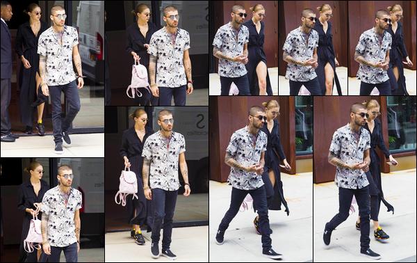 - Gigi Hadid a été aperçue avec Zayn lorsqu'elle quittait son appartement situé dans Manhattan.• '-06/08/18-' C'est ainsi ensemble que le couple a été photographiée. Gi' portant par ailleurs un tout nouveau collier avec le nom de son petit ami, bof. -