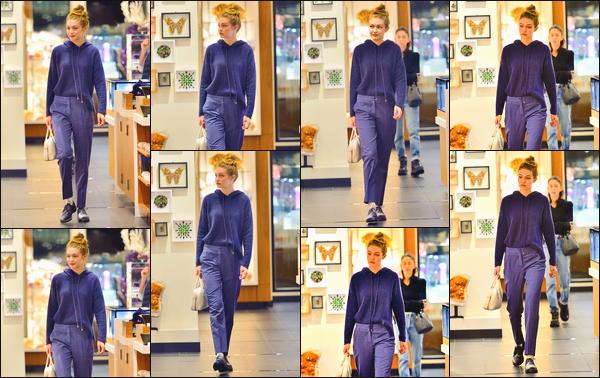 - Notre mannequin favorite a été aperçue durant une sortie shopping dans la ville de New-York.• '-08/10/18-' C'est dans un look extrêmement décontract' que nous retrouvons Gigi au naturel, cheveux attachés d'un chignon. Style simple que j'aime. -