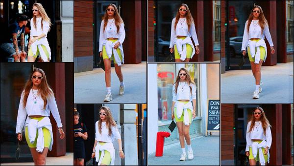 '- '-◊-02/08/19 '- La ravissante mannequin, Gigi Hadid a été photographiée lorsqu'elle rejoignait des amis,  dans les rues New York, NY! Gigi H. en jaune et blanc, des airpods dans les oreilles. Je donne un top à la sortie car je trouve qu'elle le porte bien cette tenue. - Et donne ton avis ? -