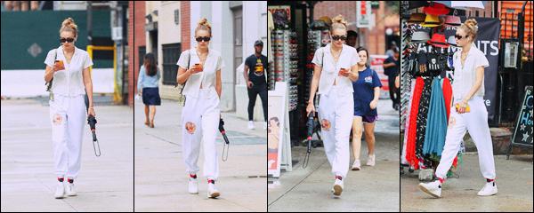 '- '-◊-06/08/19 '- La ravissante mannequin, Gigi Hadid a été photographiée lors d'une promenade en pleine après-midi dans New York ! Miss Jelena était vêtue de blanc et semblait fixée sur son téléphone. Une sortie un peu bof, je suis déçue.  Je donne un bof à la mannequin. - Ton avis ? -
