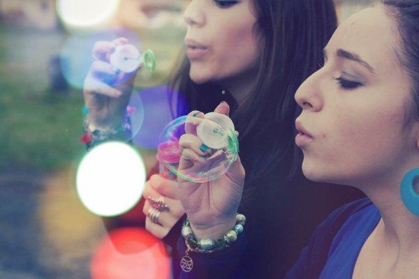 • L'amitié, ce n'est pas une histoire de place dans un pseudo ou autre.. c'est la place d'un être cher dans un coeur.. ♥'.                             • C'est quand la distance s'impose que l'amour transparait le plus. Le vide de l'absence nous fait aimer plus fort. Ce sont tous les souvenirs qui nous reviennent et les larmes qui nous montent aux yeux ♥'.