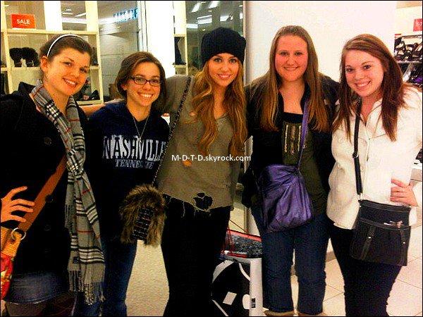 . Miley Cyrus    18/12/2010 :    ---     Voici Miley posant avec des fans !   Le petit + LOOK :  Le bonnet en laine bleu marine qui est super tendance cet hiver, et qui lui va très bien ! .