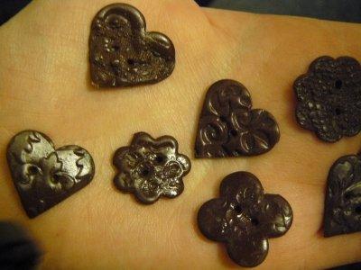 des boutons fait en fimo de couleur marron