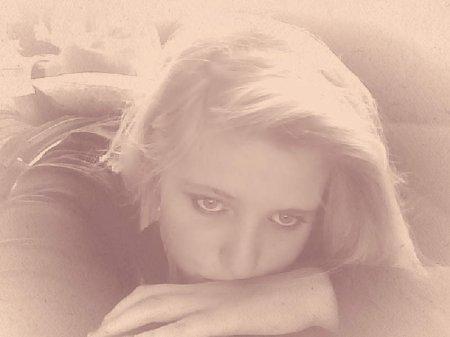 N'oublie pas que la fille qui rigole tout le temps, est celle qui s'endort le soir en pleurant.