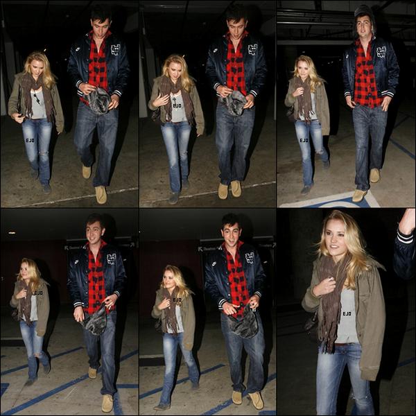 """_  23 Novembre : Emily à été vue quittant le cinéma """"ArcLight"""" avec son ami - Mr le géant - dans Hollywood ._"""