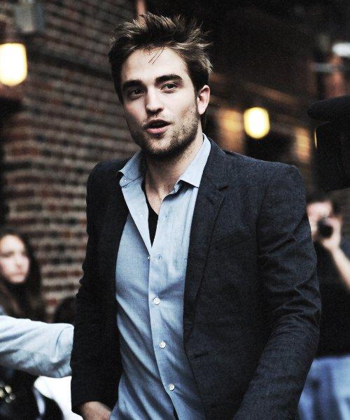 ~ __________________ Nom : Robert Pattinson  __________________ Statut : Perdu & Papa de Lylou.   __________________ Relations : Meilleur(e)s ? __________________ Infos génarales : 27 ans