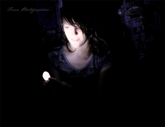 « On peut trouver le bonheur, même dans les moments les plus sombres, Il suffit de se souvenir d'allumer la lumière. »