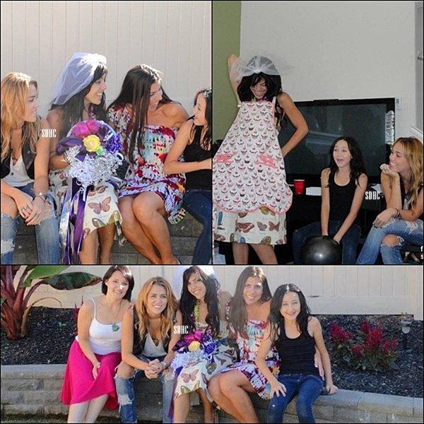 . 01/11- Miley faisant un peu de shopping avec son ami photographe Vijat chez Barneys New York, à Beverly Hills (Californie) .