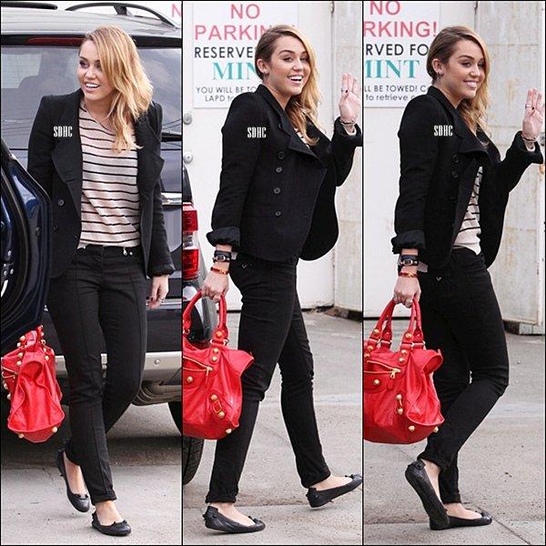 . 04/11-Miley faisant un peu de shopping chez Best Buy avec ses amis Cheyne Thomas et Vijat Mohindra.  .