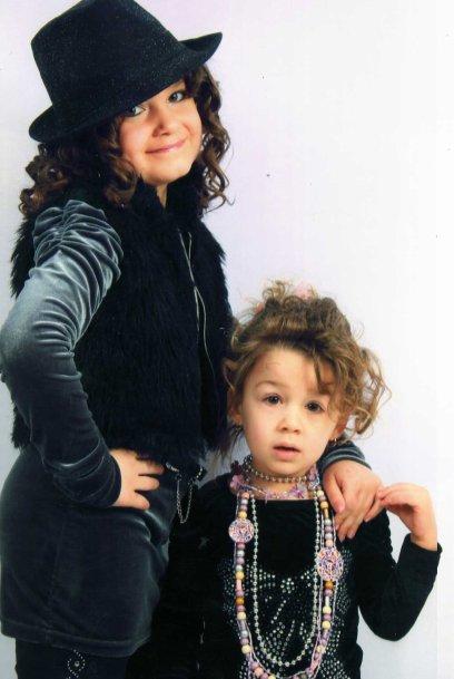 mars 2011 miss beuvry a sains-en-gohelle  en tenue de ville avec sa petite soeur et sa copine ilona