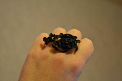 Bague rose noire à ronces.