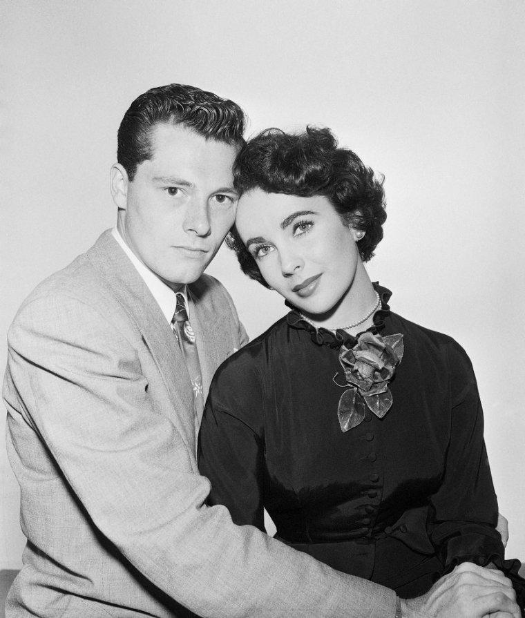 PREMIER MARIAGE / Mis à part sa longue « amitié amoureuse » avec l'acteur Montgomery CLIFT mais sans lendemain en raison de l'homosexualité de l'acteur, Elizabeth TAYLOR est mariée huit fois avec sept hommes différents : du 6 mai 1950 au 29 juin 1951, avec Conrad Nicholson HILTON Jr. (1926-1969) dit Nicky HILTON, héritier de la chaîne des hôtels HILTON et directeur de la TWA. Leur union n'est pas heureuse et se solde par un divorce au bout de treize mois et demi.