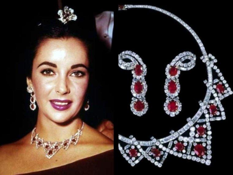 """SES MEILLEURS AMIS / Sa passion pour la joaillerie, les fourrures et la haute couture est proverbiale. « Dans la vie, il n'y a pas que l'argent. Il y a aussi les fourrures et les bijoux » a-t-elle coutume de dire. Elle est une cliente du bijoutier Shlomo MOUSSAIEFF. Au fil des ans, elle acquiert plusieurs bijoux de haute lignée comme le Krupp Diamond de 33,19 carats (6,64 grammes), ou encore le TAYLOR-BURTON Diamond de 69,42 carats en forme de poire qu'elle porte lors de la fête d'anniversaire de Grace KELLY et que lui a offert son mari Richard BURTON pour son 40ème anniversaire. Après leur divorce, il est vendu aux enchères en 1978 pour la somme de 5 000 000 $, qui sont utilisés pour construire un hôpital au Botswana. BURTON lui a également acheté, à l'occasion de la Saint Valentin en 1969, la Peregrina Pearl. Cette perle de 50 carats avait appartenu autrefois à Marie Ière d'Angleterre, dont BURTON avait acquis le portrait où elle portait ce même bijou. Au moment de son acquisition, le couple découvre que le National Portrait Gallery de Londres ne possède pas de peinture originale de Marie et décide donc de l'offrir à la galerie. Sa collection de bijoux a été répertoriée et photographiée par John BIGELOW TAYLOR dans son livre """"My Love Affair with Jewelry"""" sorti en 2002. Première personne célèbre à mettre sur le marché des bijoux conçus par elle, Elizabeth TAYLOR a également lancé trois parfums, """"Passion"""", """"White Diamonds"""" (qui fait partie des dix meilleures ventes de parfums de la décennie 1990) et """"Black Pearls"""" dont les ventes lui rapportent près de 200 000 000 dollars US annuels. Du 10 décembre 2010 au 12 janvier 2011, dans le cadre de l'exposition BULGARI, l'actrice dévoile pour la première fois en France des pièces exceptionnelles issues de sa collection privée."""