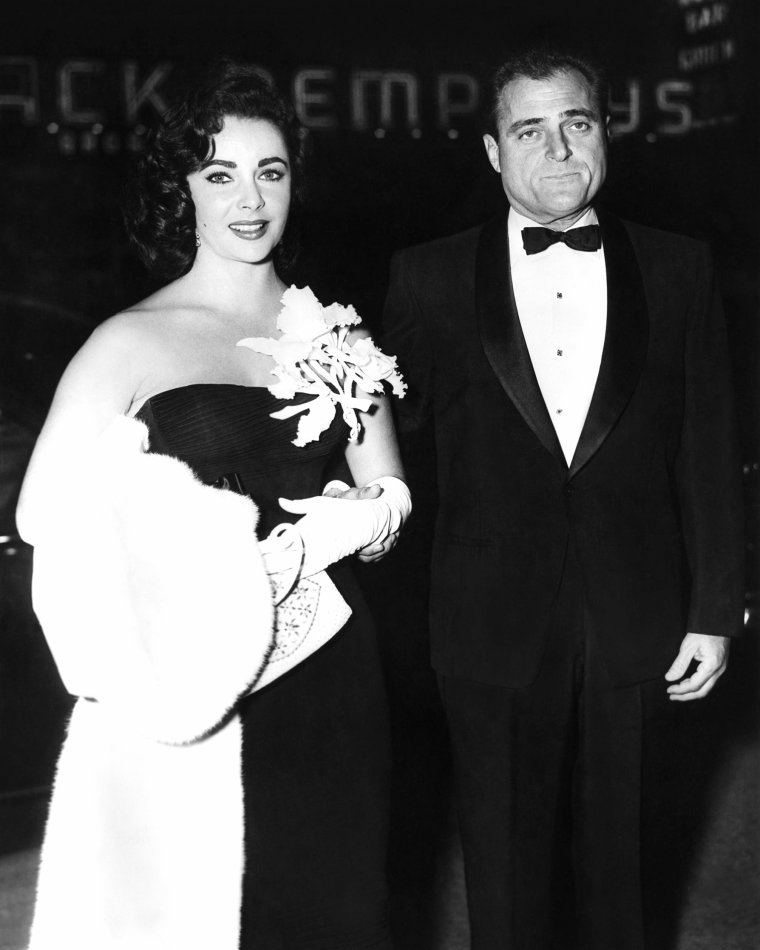 TROISIEME MARIAGE / du 2 février 1957 au 22 mars 1958, avec le producteur Michaël TODD (1909-1958) dit Mike TODD. Seule de ses unions à ne pas s'être conclue par un divorce / leur idylle prend fin avec la mort du producteur. Le couple aura une fille née le 6 août 1957, Elizabeth Frances TODD, surnommée Liza. (j'y reviendrai).