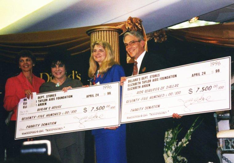"""amfAR / Elizabeth TAYLOR a consacré beaucoup de temps et d'énergie à la collecte de fonds pour la lutte contre le SIDA. « Je regardais toutes les actualités sur cette nouvelle maladie et je me demandais pourquoi personne ne faisait rien. Et ensuite je me suis rendu compte que j'étais comme eux. Je ne faisais rien pour aider » se souvient l'actrice qui a également aidé au lancement de """"l'American Foundation for AIDS Research"""" (amfAR), aux côtés du Dr Mathilde KRIM et de médecins et scientifiques, après la mort de son ami et partenaire (au cinéma) Rock HUDSON en 1985. Aimée du public, elle a réussi à attirer l'attention des médias et toucher des millions de personnes. En 1986, elle est apparue dans quelques spots télévisés dont """"Men, Women, Sex & AIDS"""" dans le but de sensibiliser sur son action. En 1991, les photos de son huitième mariage avec Larry FORTENSKY ont été vendues 1 million de dollars, somme reversée ensuite à l'association. Depuis sa retraite progressive du cinéma, elle touche 115 millions d'euros par an de royalties grâce à de nombreux produits dérivés, notamment sa gamme de parfums. En 1991, elle a fondé sa propre organisation """"The Elizabeth Taylor AIDS Foundation"""" qui a pour but de recueillir des fonds pour lutter contre la maladie dans le monde entier. Elle a également apporté son soutien à plusieurs événements majeurs, dont la Journée mondiale de lutte contre le SIDA ainsi que les soirées organisées au Festival de Cannes chaque année. Depuis 2004, c'est Sharon STONE qui préside le gala. On estime qu'en 1999, elle avait contribué à la collecte d'au moins 50 millions de dollars pour financer la recherche contre le SIDA. Elle a été honorée de plusieurs récompenses pour ses activités caritatives."""