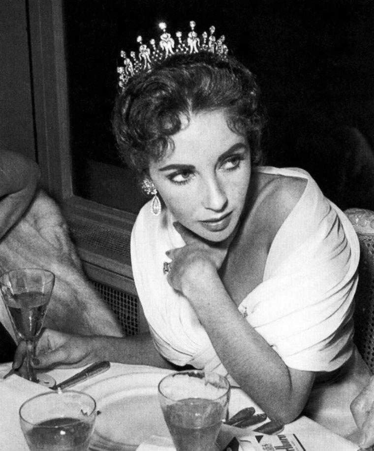 1957 / Quand Liz, accompagnée de son troisième mari Mike TODD, se rend à Cannes ; elle porte une magnifique tiare de diamants offerte par ce dernier...