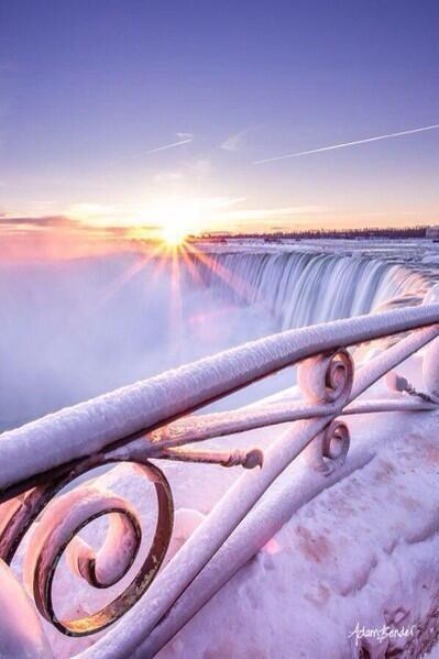 Les chutes du Niagara au Canada. *o*