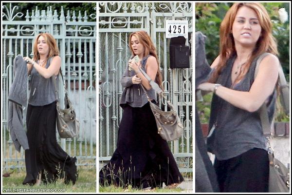 . 9 Juin 2011 - Miley Cyrus et Liam Hemsworth ont étaient vus devant la maison de celui-ci. .