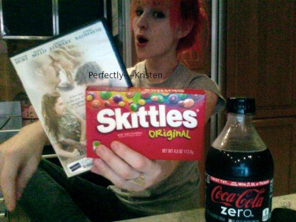 """La chanteuse du groupe Paramore, Hayley Williams, a pris une photo tenant le DVD de """"The Yellow Handkerchief"""" ! [Une bonne pub !]"""