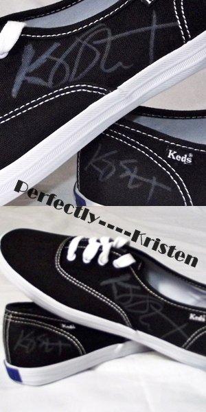 """Une paire de tennie de la marque """"Shoe Revolt"""" ont été dédicacées par Kristen!"""