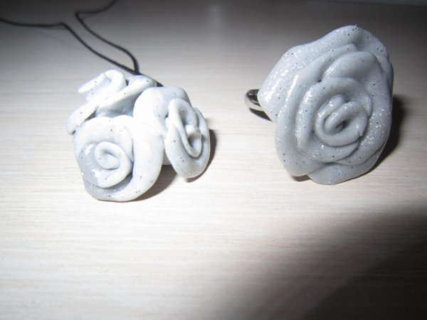 Pendentif trois roses et Bague gris clair argenté