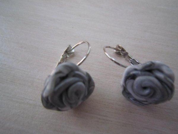 Boucles d'oreilles attaches dormeuses grises et blanches